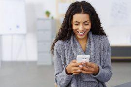 Mulher feliz e segura agendando um médico online.