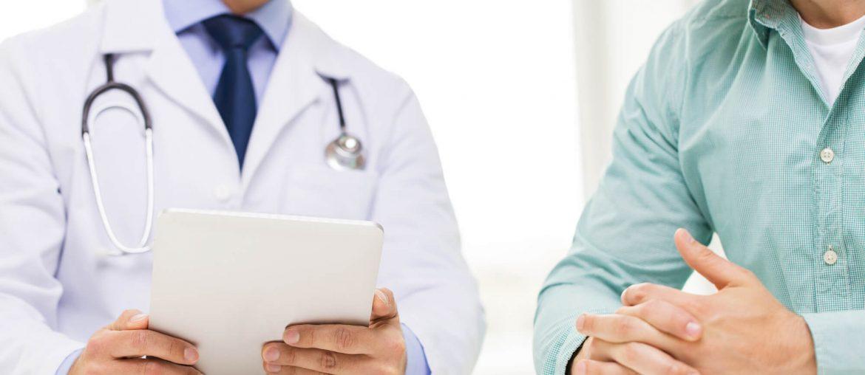Médico passando detalhes sobre a saúde do homem.