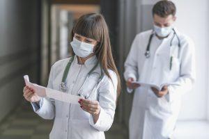 Médicos do pronto socorro analisando exames.