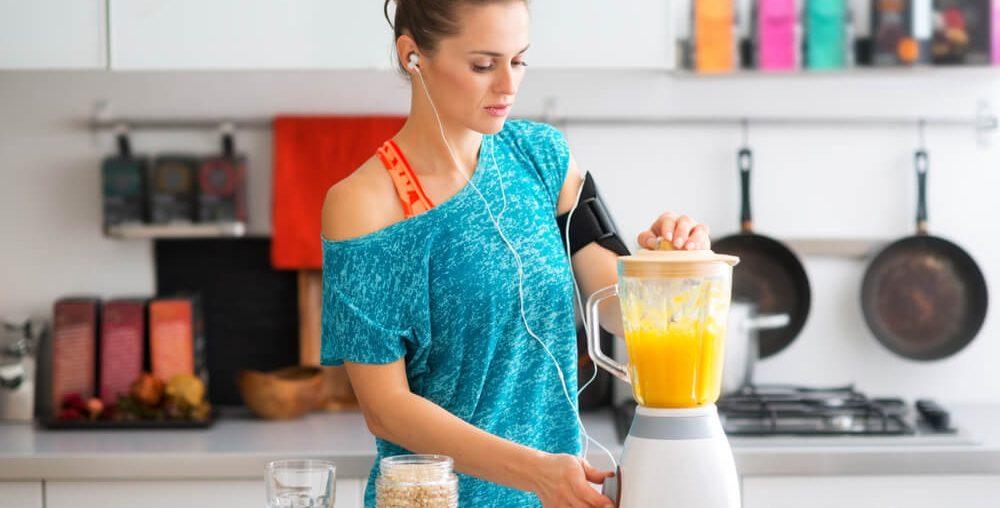 Mulher preparando alimentos para alimentação saudável.