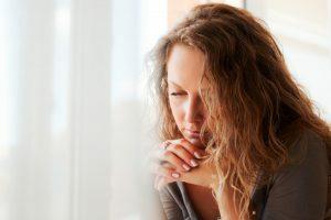 Mulher sofrendo os sintomas da depressão.