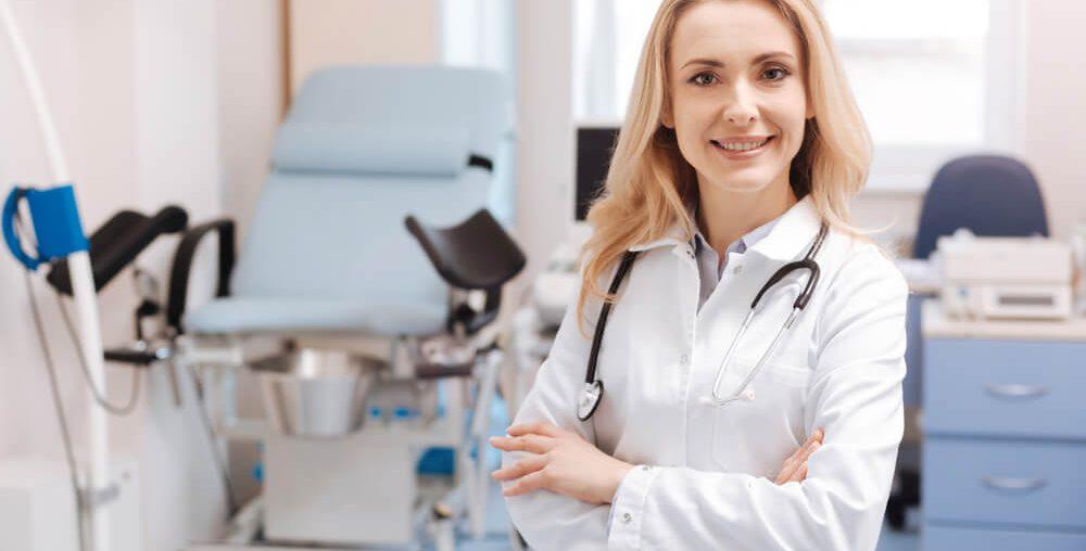 Doutora indicando realização de exames preventivos.