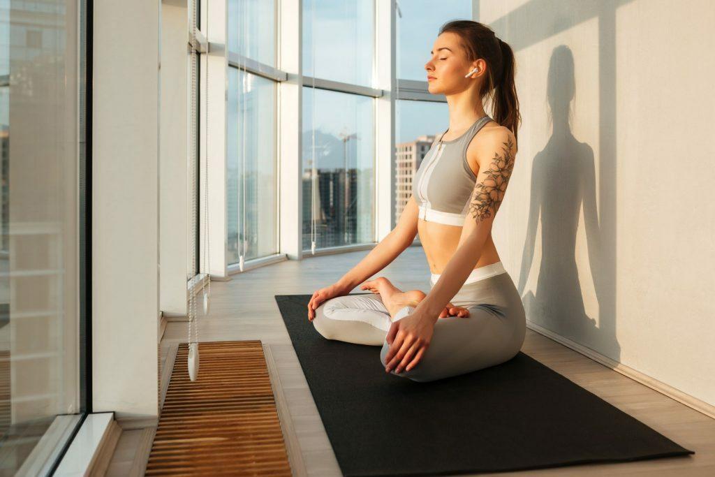 Mulher usando tecnicas de relaxamento para aliviar o stress