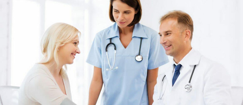 Paciente cumprimentando médico em consulta de checkup
