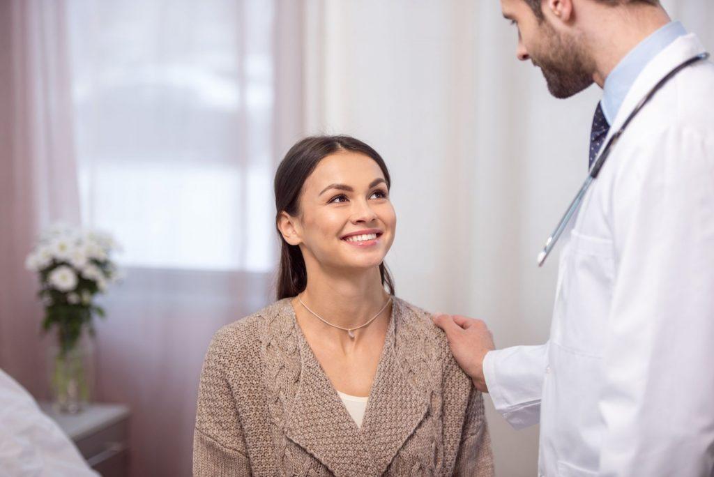 Imagem de uma paciente e um médico em consulta médica.