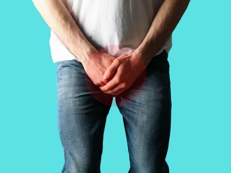 Homem com dor nos testículos.