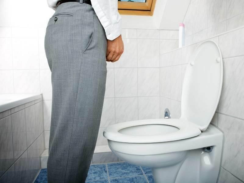 Homem com dificuldade na hora de urinar.