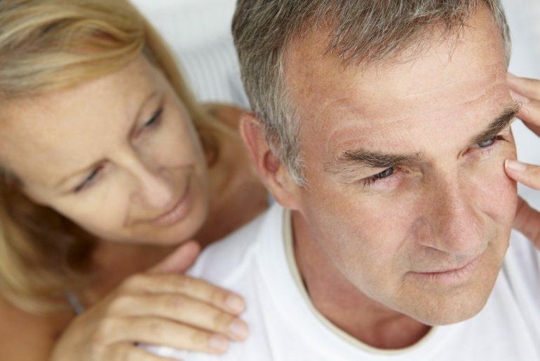 Homem na andropausa com esposa.