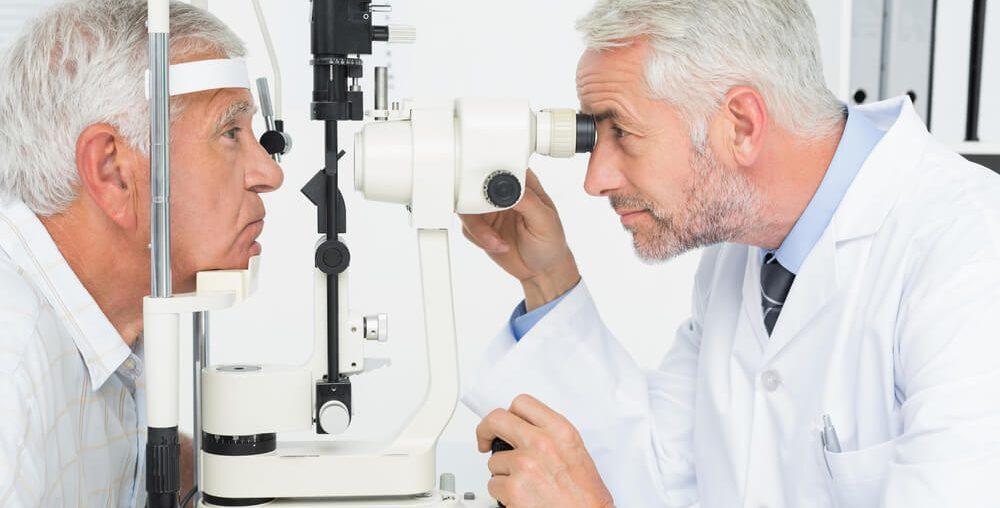 Médico atendendo paciente com conjuntivite ou outras doenças oculares de inverno.