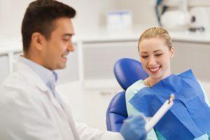Mulher se consultando com dentista