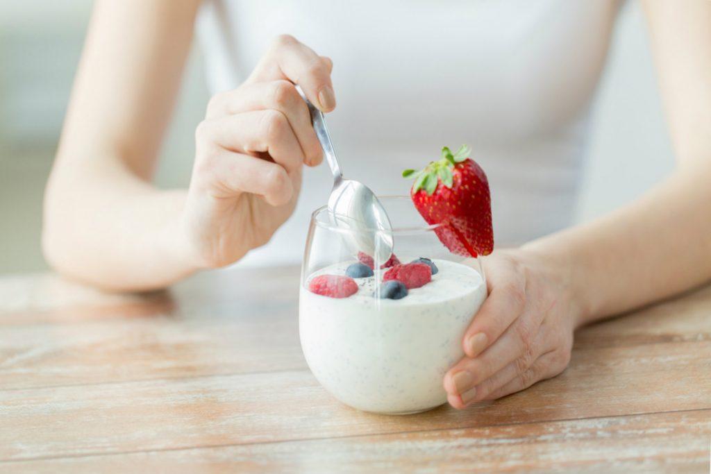 Mulher seguindo dieta para evitar efeitos da ulcera e gastrite.