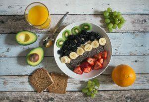 Opte por frutas, verduras, legumes, castanhas, grãos e cereais.