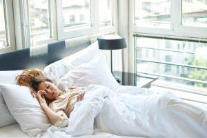 Mulher em sono profundo pela manhã