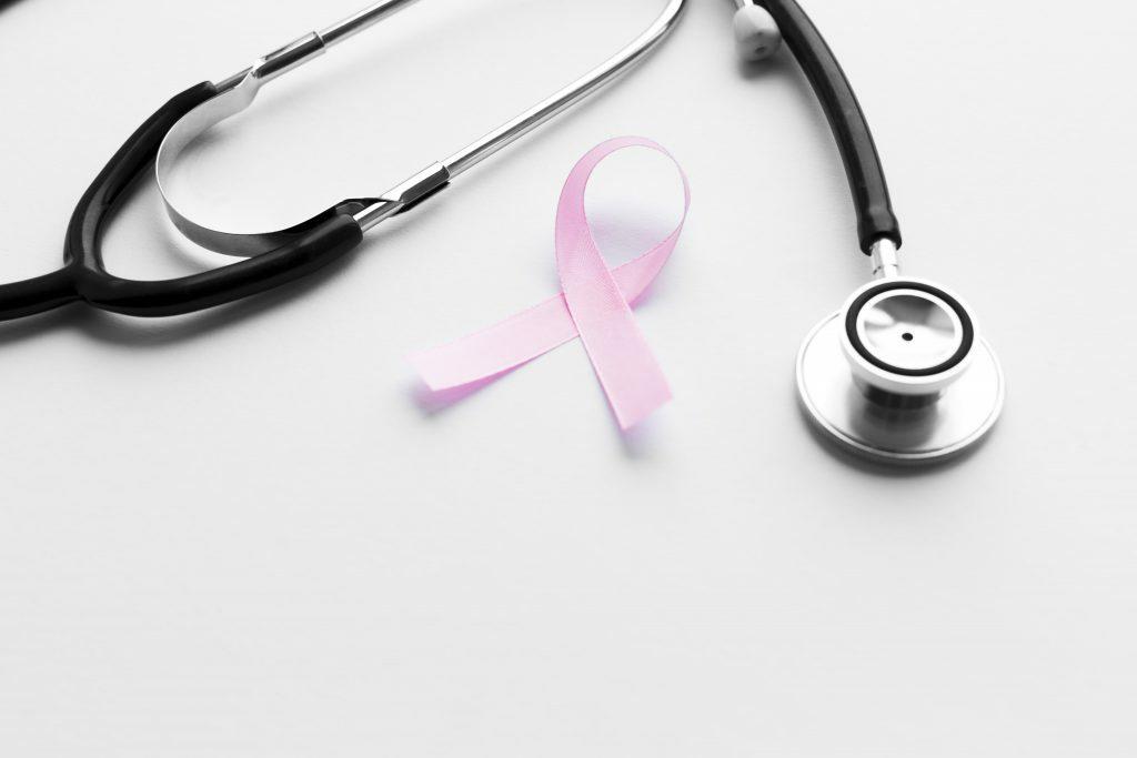 Ícone do câncer de mama ao lado do estetoscópio representando Oncomastologia