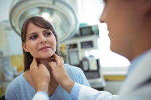 Mulher realizando procedimento para possível diagnóstico de tuberculose ganglionar.
