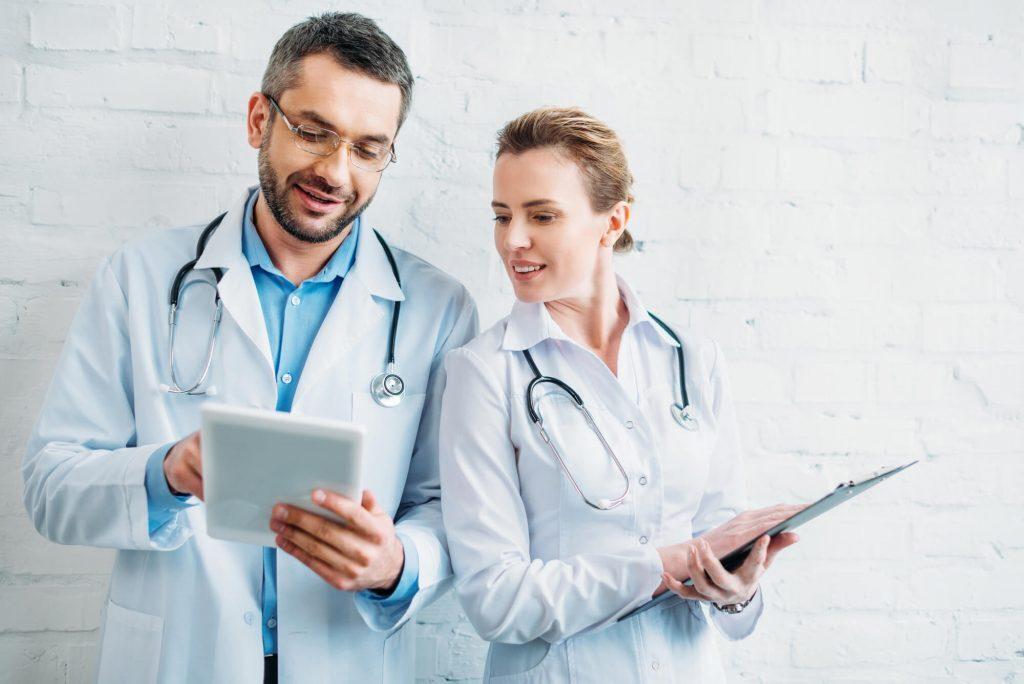Médicos conversando sobre benefícios da tecnologia na saúde