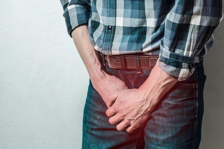 Homem tendo sintomas de Orquite