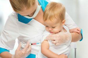 Criança tomando vacina contra Sarampo