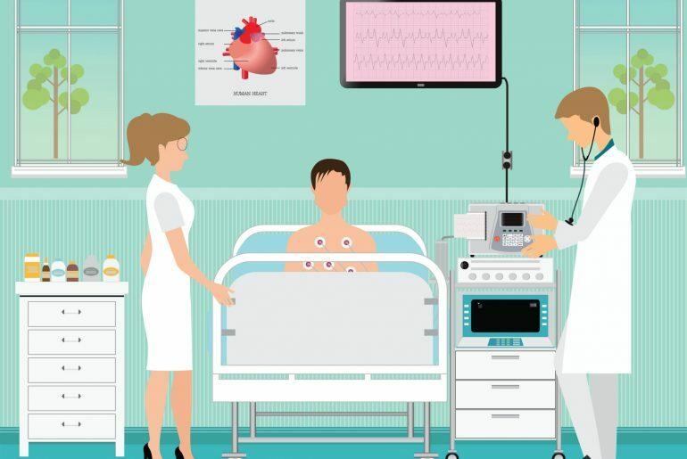 Na imagem, médicos realizam procedimento em paciente deitado em um quarto hospitalar. Uma televisão mostra a frequência cardíaca do examinado, que está ligado por fios.