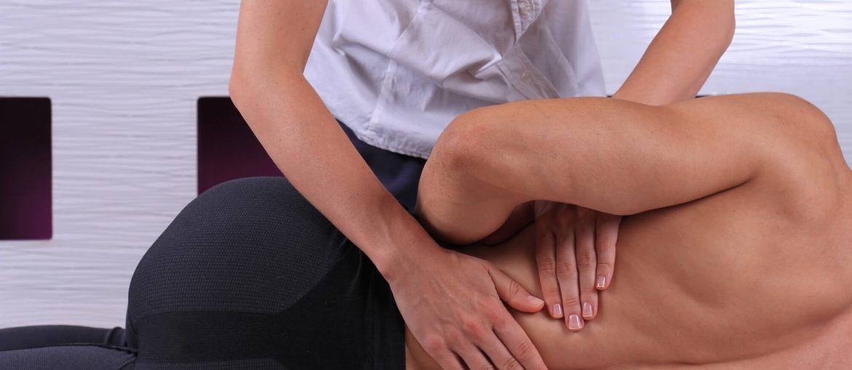 Homem recebendo tratamento de Osteopatia.