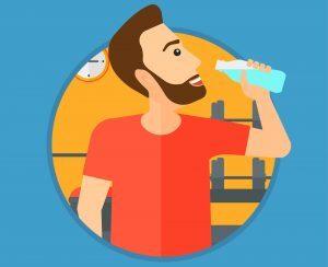 Na imagem, homem aparece bebendo água de uma garrafa.