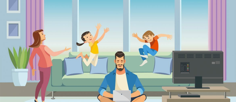 A imagem mostra a sala da casa de uma família, onde crianças pulam no sofá enquanto uma mulher, provavelmente a mãe, parece os repreender. Enquanto isso, um homem - provavelmente o pai - está usando um laptop.
