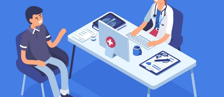 Na imagem, um homem conversa com a médica, que escreve em seu laptop.
