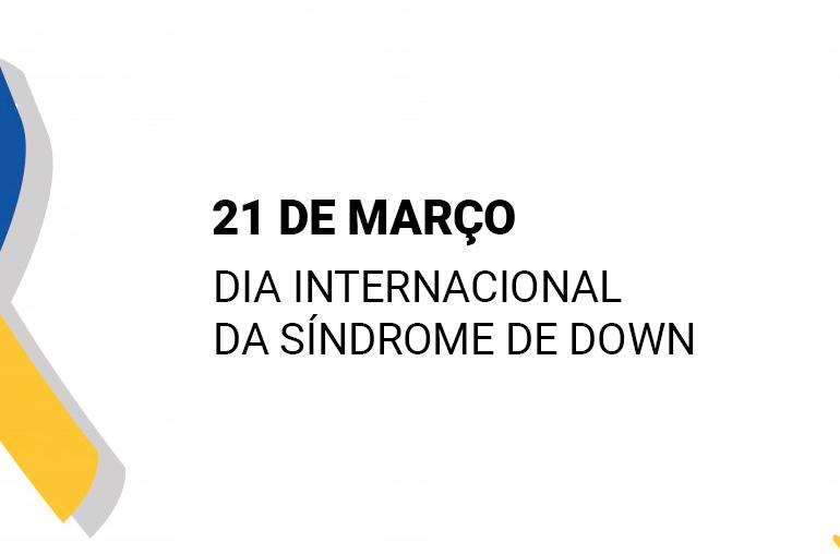 """Na imagem, existe uma laço de cores azul e amarelo. Ao lado, tem-se o escrito: """"21 de Março, Dia Internacional da Síndrome de Down."""""""