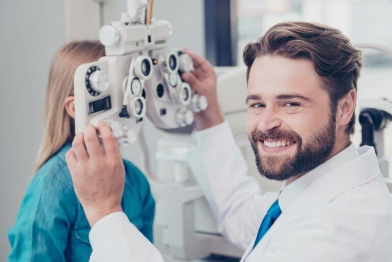 Oftalmologista realizando atendimento em criança do sexo feminino.