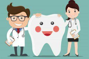 Na imagem, tem-se dois dentistas apoiados em um dente grande fictício que sorri.
