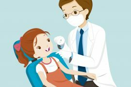 Na foto, uma criança aparece sendo atendida por um dentista em seu consultório.
