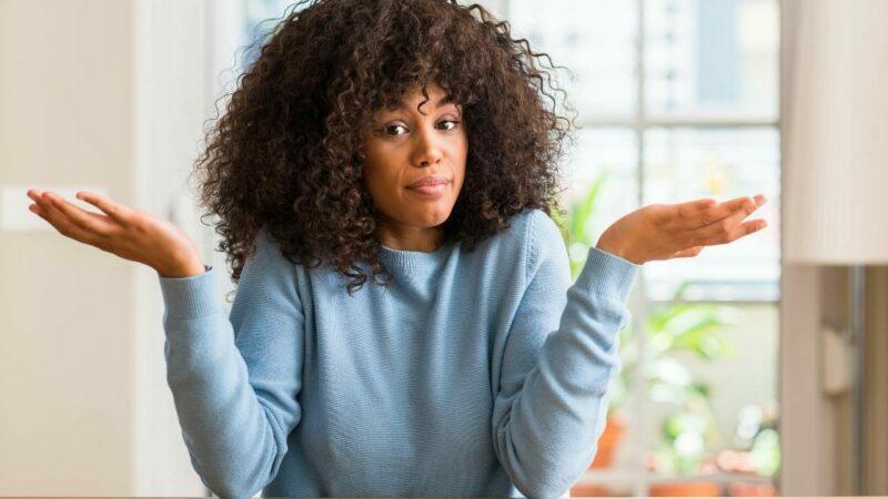 Mulher jovem com dúvida se deve escolher entre o psicólogo ou psiquiatra.