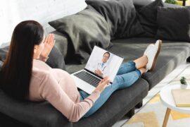 Mulher realizando Consulta Online