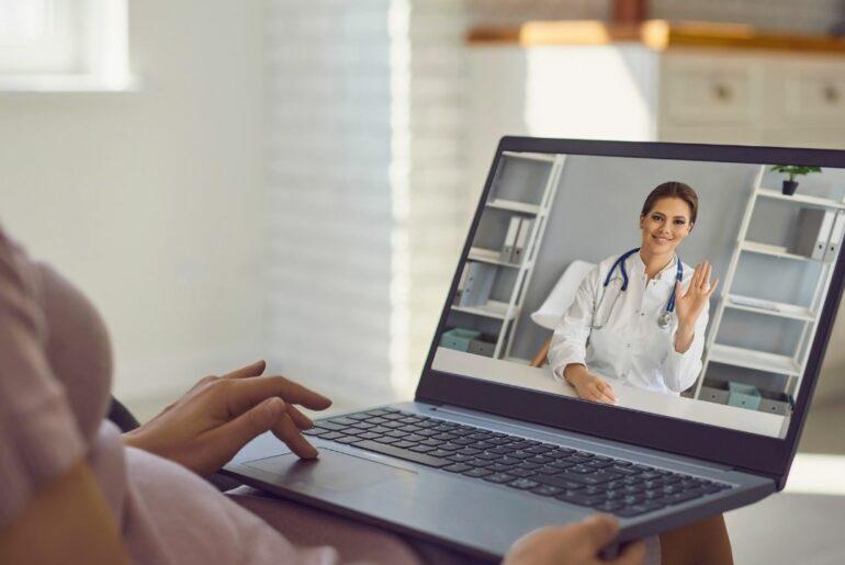 Mulher recebendo atendimento médico com segurança online
