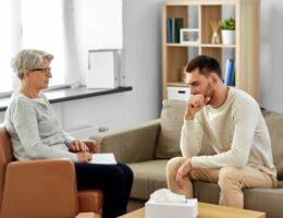 Psicologo atendendo paciente