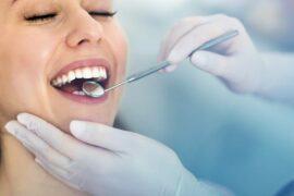 Paciente sendo examinada por médica dentista.