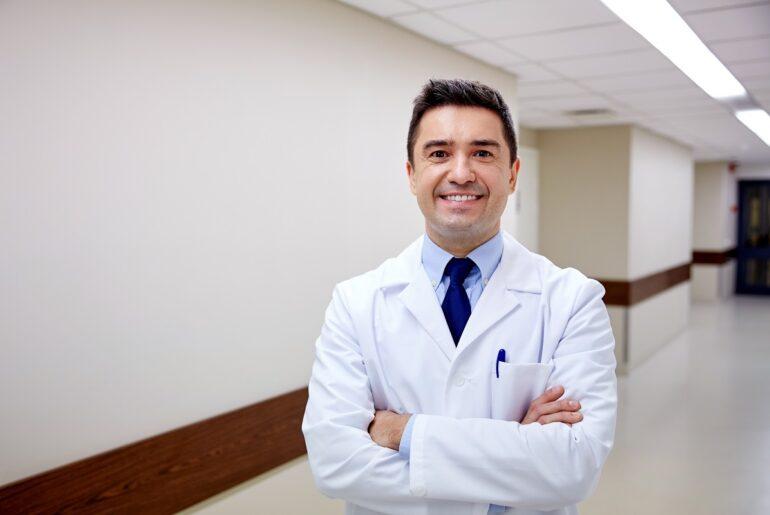 profissional sorrindo em clinica dentista