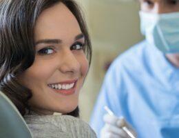 Dentística, mulhor sorrindo em uma consulta