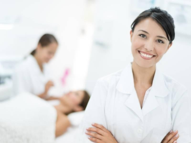 Mulher dermatologista com os braços cruzados.