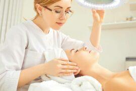 Paciente sendo analisada por dermatologista.