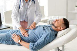 Médica realizando testes para obter diagnóstico sobre a Doença do Refluxo Gastroesofágico.