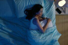 Mulher jovem dormindo.
