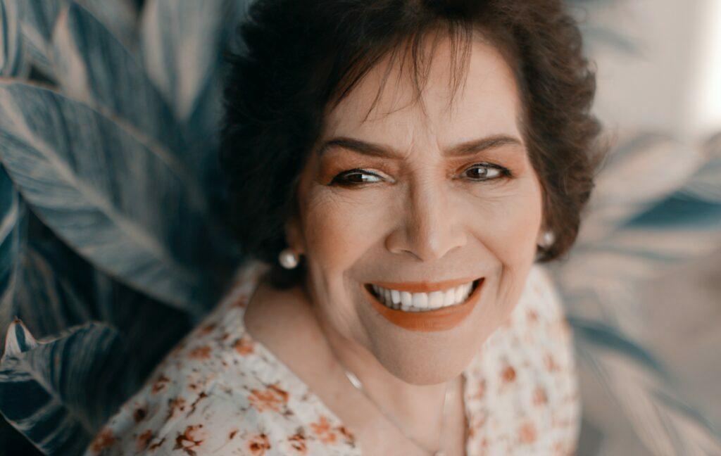 Pessoa com um sorriso mais branco, simétrico e harmonioso.