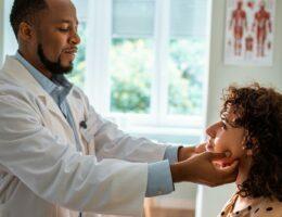 Médico examinando e fazendo check-up com paciente.
