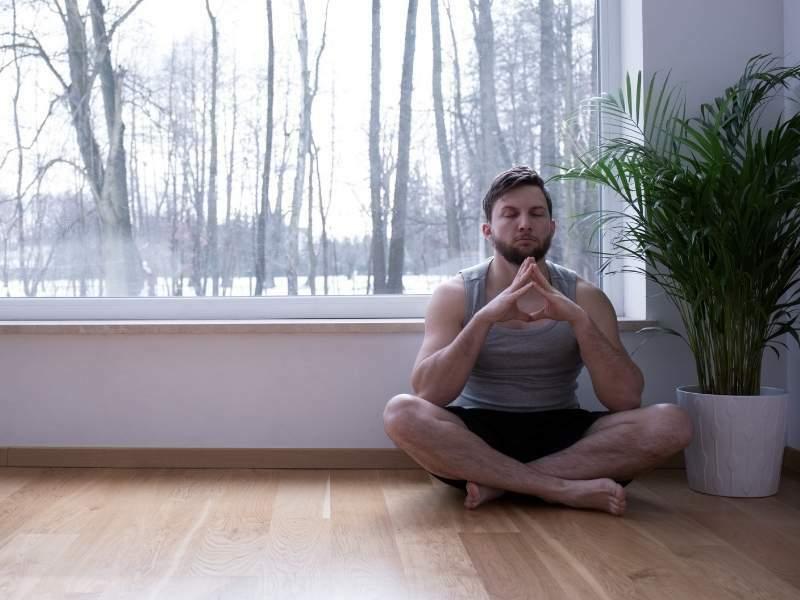 Homem jovem sentado se acamando.