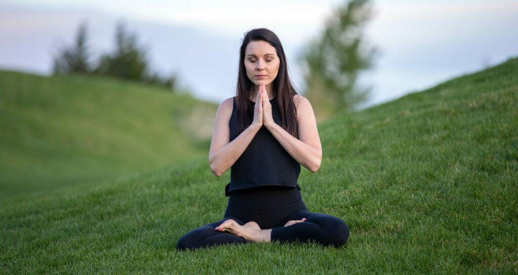 mulher meditando para controlar sua ansiedade