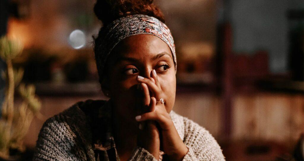 mulher negra tentando controlar os pensamentos para evitar uma crise de ansiedade