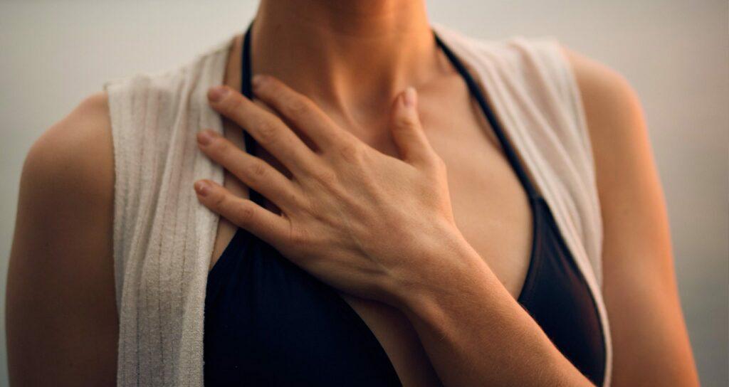 mulher controlando a respiração para lidar com crises de ansiedade