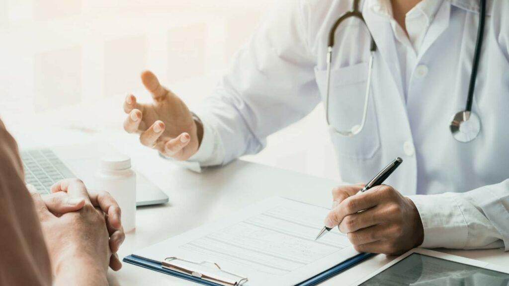 Médico conversando com paciente de síndrome do pânico.