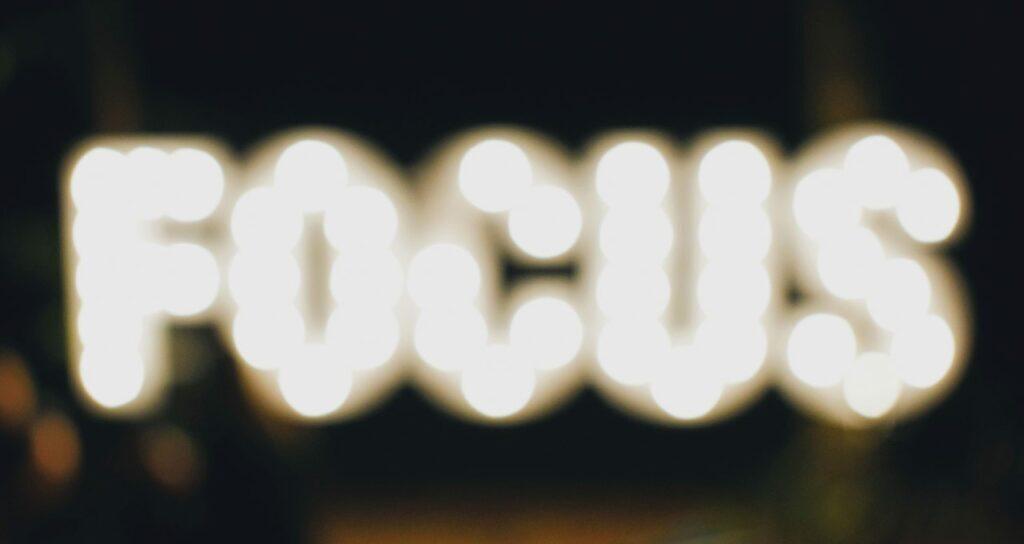 palavra focus, foco em inglês, desfocada e iluminada